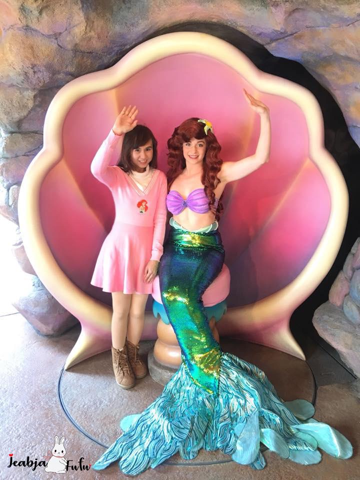 เจี๊ยบจ้าถ่ายรูปคู่กับ Ariel The Little Mermaid ใน Tokyo Disneysea