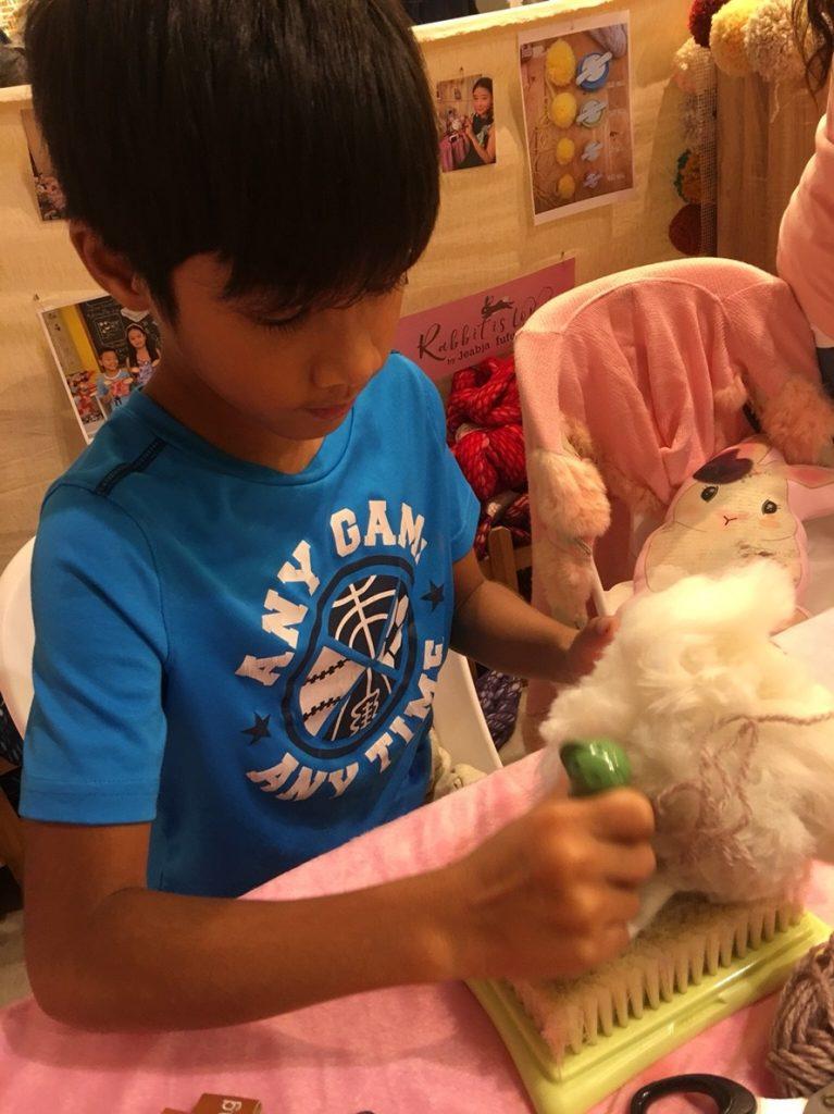 ตำใยขนแกะเป็นหูกระต่าย ใน workshop Giant Fluffy POM POM Rabbit
