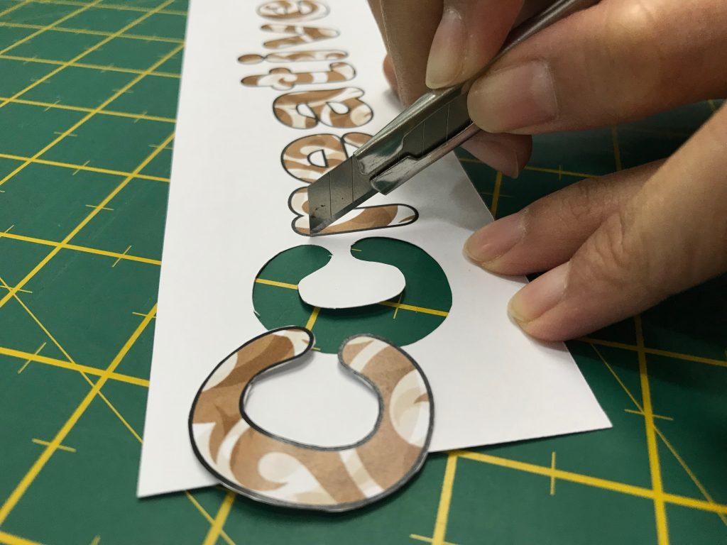 การตัดกระดาษด้วยมือ